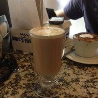 Foto scattata a Caffe Vittoria da Allie il 8/20/2013