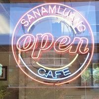 รูปภาพถ่ายที่ Sanamluang Café โดย Ronald Chino C. เมื่อ 6/14/2013