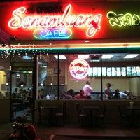 รูปภาพถ่ายที่ Sanamluang Café โดย Ronald Chino C. เมื่อ 2/11/2013