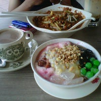 Photo taken at Penang Road Famous Teochew Chendul by juan n. on 1/7/2013