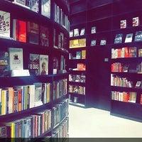 Foto tirada no(a) Livraria da Vila por Alana S. em 2/27/2016