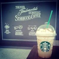 Foto tirada no(a) Starbucks por Alana S. em 9/26/2013