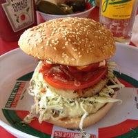 Das Foto wurde bei Ruben's Hamburgers von Jezael M. am 8/7/2013 aufgenommen