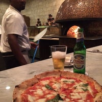 Foto tirada no(a) 360 Degrees Artisan Pizza & Winebar por Ivan M. em 4/26/2014