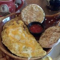 Foto scattata a Another Broken Egg Cafe da Lettie J. il 4/27/2013
