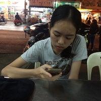 Photo taken at เย็นตาโฟ ลูกชิ้นปลาราชวงศ์ หนองหอย by 💗yim💗 on 4/17/2017