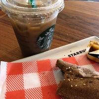 Снимок сделан в Starbucks пользователем Claudia G. 8/28/2018