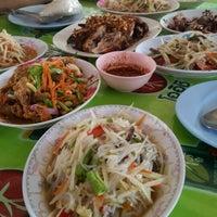 Photo taken at ส้มตำเจ้แหม่ม by ekkawit s. on 5/17/2014
