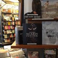 รูปภาพถ่ายที่ St. Mark's Bookshop โดย Renee D. เมื่อ 9/29/2012