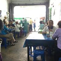 Photo taken at ร้านก๋วยเตี๋ยว หลอยง้วน by Kantaleeyar T. on 6/22/2016
