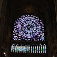 Das Foto wurde bei Kathedrale Notre-Dame de Paris von Gloria C. am 6/30/2013 aufgenommen