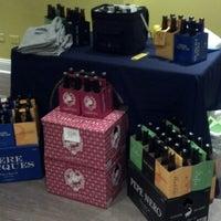 Photo prise au Bottles & Cans par Raejaestrhess le11/30/2012