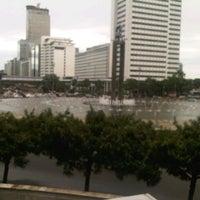 Photo taken at Bundaran Hotel Indonesia (Monumen Selamat Datang) by Fauzan Ozan B. on 1/9/2013