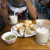 Photo taken at ป้าแอ๊ะ นมสด ขนมปังสังขยา by Cristina R. on 11/11/2016