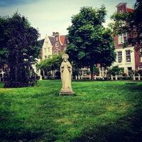 Foto tirada no(a) Begijnhof por Cm C. em 7/24/2013
