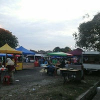 Photo taken at Pasar Malam Taman Andalas by Semutar H. on 6/26/2016