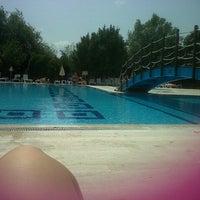 Photo taken at Ada 90 camlik sitesi swimming pool by Müge K. on 8/17/2013