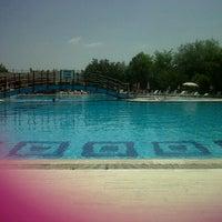 Photo taken at Ada 90 camlik sitesi swimming pool by Müge K. on 7/28/2013