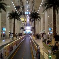 6/29/2013 tarihinde Fouad Z.ziyaretçi tarafından Dubai Uluslararası Havalimanı (DXB)'de çekilen fotoğraf