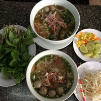 Photo taken at Phở Quỳnh by Jyanzi C. on 5/4/2013