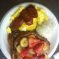 รูปภาพถ่ายที่ Leilani's Cafe โดย Melody D. เมื่อ 10/18/2012