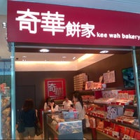 Photo taken at Kee Wah Bakery 奇華餅家 by SH P. on 4/20/2013