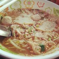 Photo taken at ก๋วยเตี๋ยวหมูต้มยำมะนาว by Noon N. on 12/5/2012