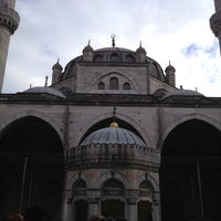 Photo taken at Yeni (Valide-i Cedid) Cami by Bahar Ö. on 11/24/2012