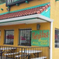 Foto tirada no(a) El Taco De Mexico por James H. em 5/23/2014