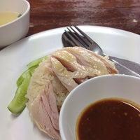 รูปภาพถ่ายที่ ก.ไก่ ข้าวมันไก่ตอน โดย Yingzz Z. เมื่อ 1/11/2014