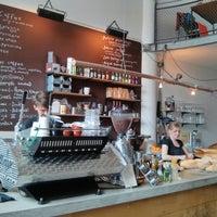 Foto tomada en Hopper Coffee & Bakery por Teresa K. el 5/24/2013