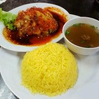 Photo taken at Restoran Tat Nasi Ayam by Azam K. on 4/28/2013
