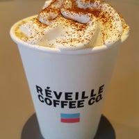 Foto tomada en Réveille Coffee Co. por Jenn N. el 2/26/2018
