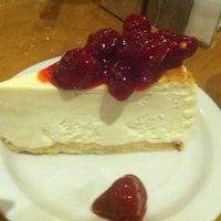 Foto tomada en Junior's Restaurant & Bakery por monymarial el 10/20/2012