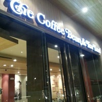 Photo taken at The Coffee Bean & Tea Leaf by Almar V. on 12/23/2012