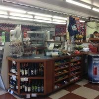 Foto tomada en Gus's Grocery por Joey L. el 7/14/2013