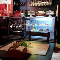 Photo taken at Le Rouge Confiserie & Caffé by Rodrigo O. on 1/11/2015