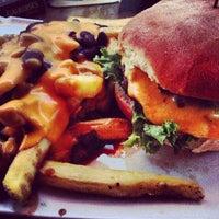 Das Foto wurde bei Burger & Bier von Maximilian E. am 8/5/2013 aufgenommen