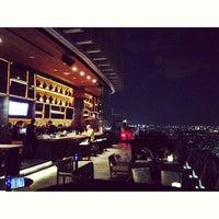 Foto scattata a Octave Rooftop Lounge & Bar da wasu t. il 7/12/2013