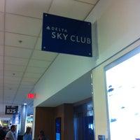 Das Foto wurde bei Delta Sky Club von Jeff B. am 1/26/2013 aufgenommen