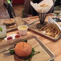 Foto tomada en Hopdoddy Burger Bar por Josh F. el 12/15/2014