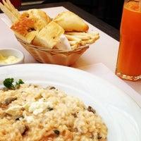 Foto tirada no(a) Armani Caffé por Tassia S. em 10/8/2012
