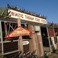 Das Foto wurde bei White Trash Fast Food von Deniz D. am 10/3/2014 aufgenommen