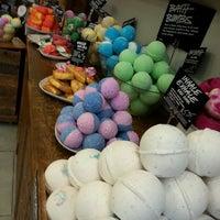 Foto tirada no(a) Lush Fresh Handmade Cosmetics & Spa por Jennifer S. em 5/9/2014