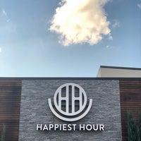 Foto tomada en Happiest Hour por Charles W. el 9/26/2018