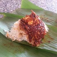 Photo taken at Hill Side Food Court (Medan Selera Mutiara) by Kelvin L. on 5/27/2013