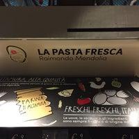 รูปภาพถ่ายที่ la pasta fresca raimondo mendolia โดย Osbaldo F. เมื่อ 10/6/2016