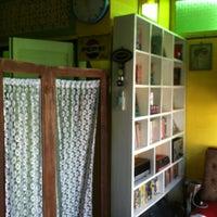 Photo taken at บ้านรถตู้นอนโฟล์ค @ เถ้าแก่ลาว by Wanny J. on 11/10/2012