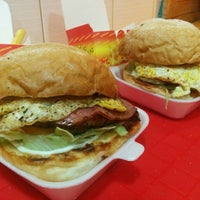 Photo taken at Classic Burger & Snack by Majeed G. on 12/18/2015
