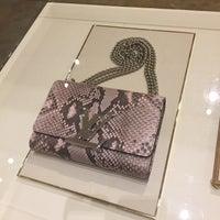 12/3/2015 tarihinde Cynthia K.ziyaretçi tarafından Louis Vuitton'de çekilen fotoğraf